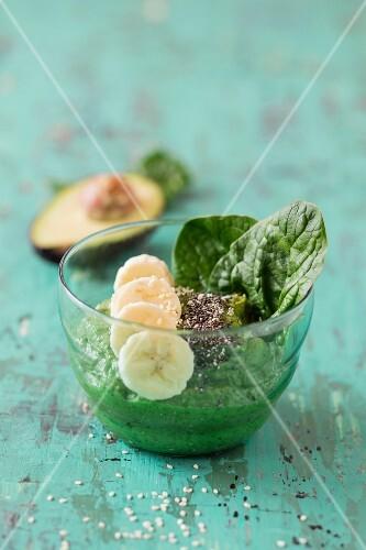 Smoothie-Bowl mit Spinat, Avocado und Bananen