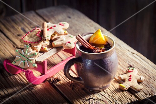 Mulled wine and gingerbread biscuits for Christmas