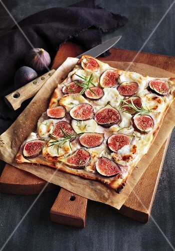 Tarte flambée with figs, goat's cheese and rosemary