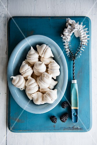 Mini meringues with blackberry cream (seen from above)