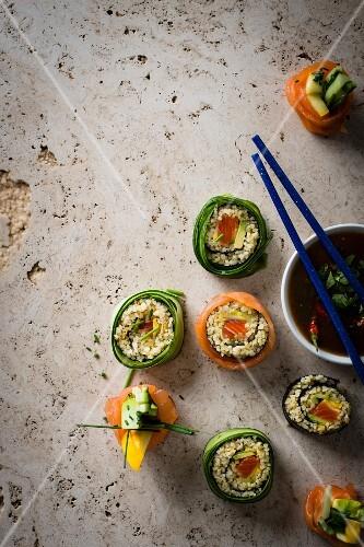 Bulgur sushi with smoked salmon, pattypan squash and a mango-chilli dip