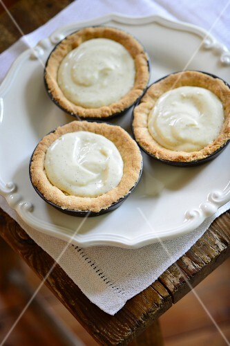 Tartlets with almond shortcrust bases and vanilla cream