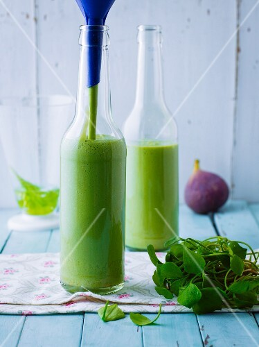 Green purslane and fig drink with cracked falxseeds and kefir