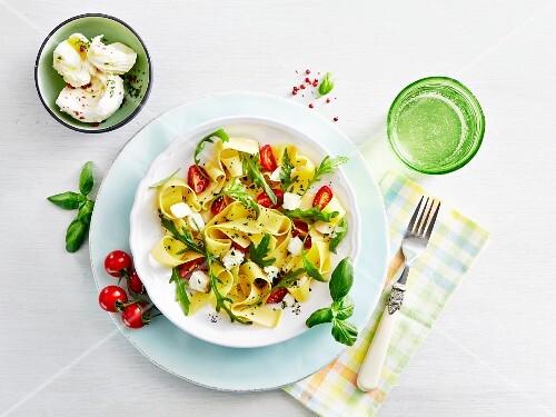Tagliatelle with tomatoes, mozzarella and rocket