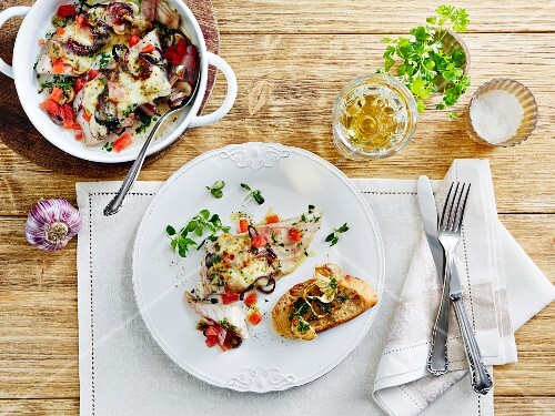 Gratinated cod with tomatoes and onions