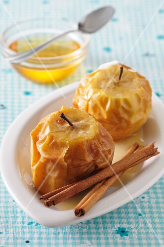 Baked apples with cinnamon and honey