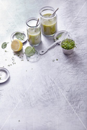 Pear and chicory smoothies with cress and sage