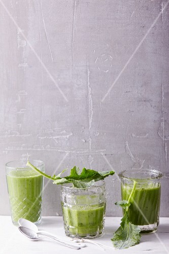 Pear and banana smoothies with an oat drink, kohlrabi leaves and barley grass powder
