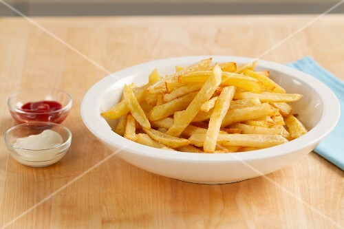 pommes frites mit mayonnaise und ketchup bild kaufen 11002879 stockfood. Black Bedroom Furniture Sets. Home Design Ideas
