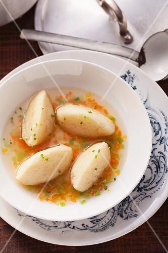 Vegetable stock and semolina dumplings