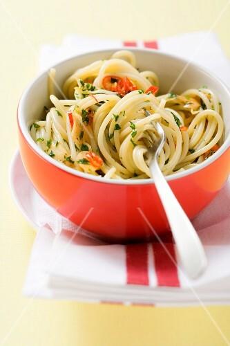 Spaghetti aglio e olio (Spaghetti mit Öl, Knoblauch, Chili)