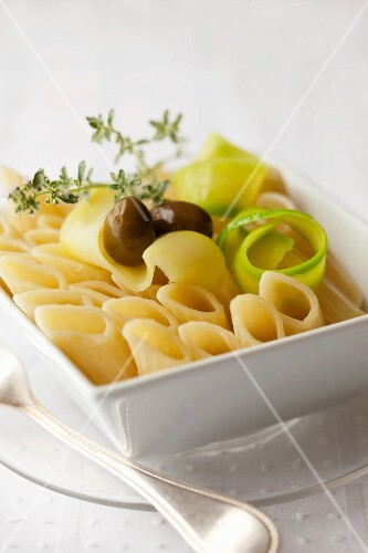 Pasta salad with courgettes and olives