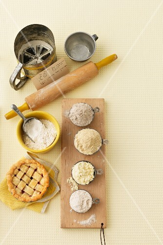 Flour, a rolling pin, a sieve and a tartlet