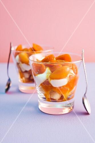 Biskuit mit Kumquats und Frischkäse