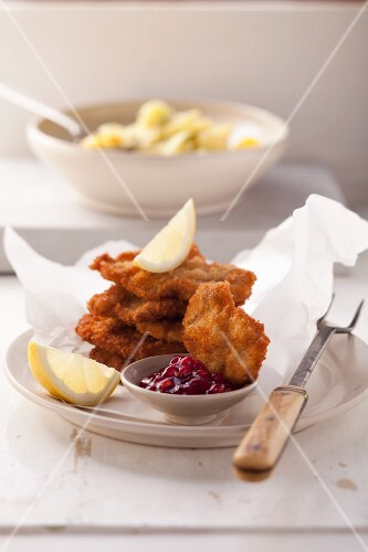 A Vienna escalope with a lemon wedge and lingon berries
