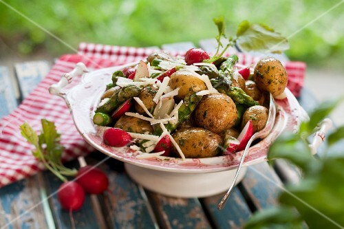 New potatoes with green asparagus and radishes