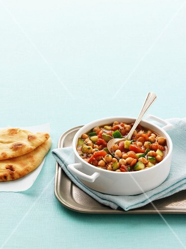 Chickpea curry with unleavened bread