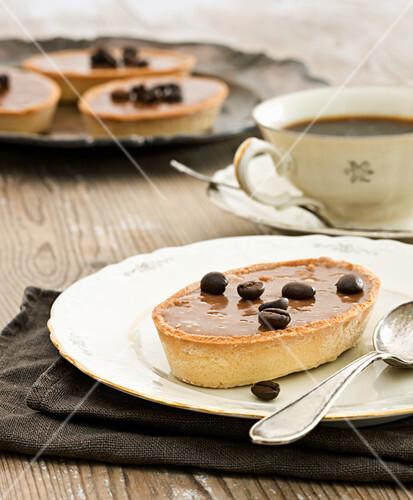 Shortcrust cakes with chocolate-coffee cream