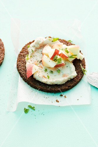 Pumpernickel with a horseradish spread and apples