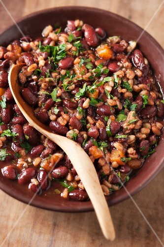 Chilli sin carne with red beans, wheat, tomatoes and carrots