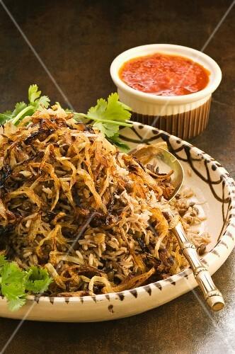 Koshari (Linsengericht mit Reis und Tomatensauce, Ägypten)