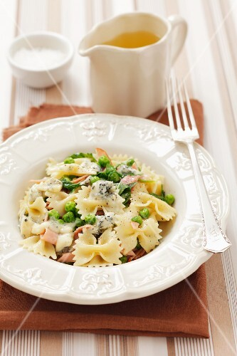 Farfalle pasta with ham, peas, rocket and blue cheese