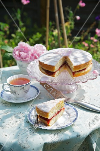 Victoria sponge cake and tea