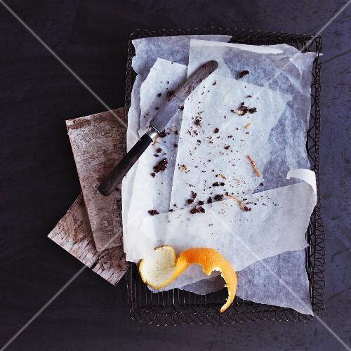 Backpapier mit Kuchenresten und Orangenschale