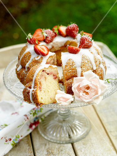 Strawberry cake with icing