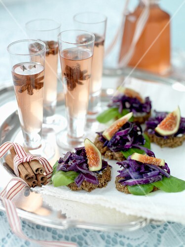 Wholemeal vegetable tarts with spicy drinks