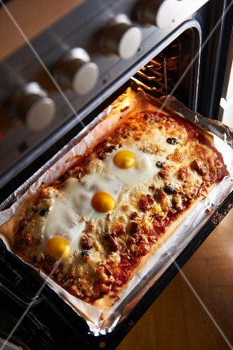 A minced meat and fried egg pizza