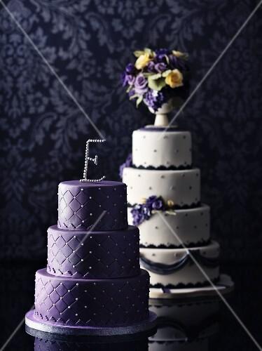 Zwei Hochzeitstorten In Lila Und Weiss Bilder Kaufen 11035155
