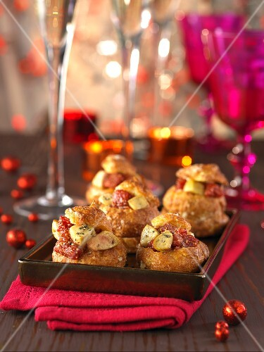 Spicy 'Windbeutel' (puff pastry) with stuffed with foie gras and figs