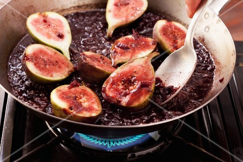 Cook figs in red wine sauce