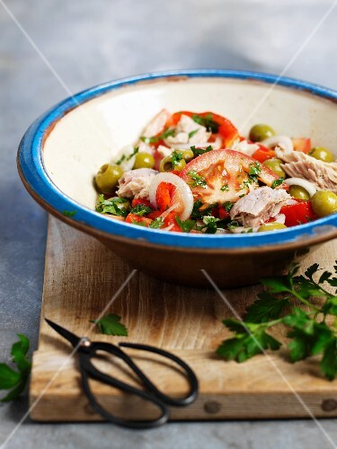 Tuna salad with tomatoes, peppers and olives