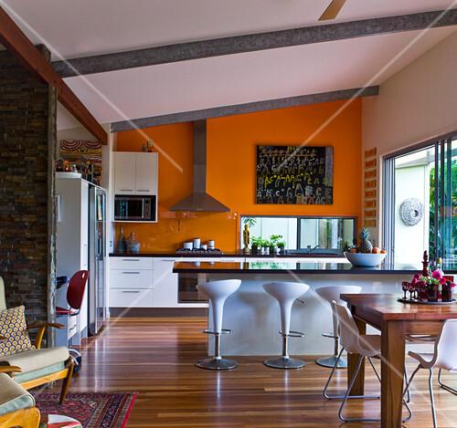 Grosszugige Kuche Mit Leuchtend Oranger Bilder Kaufen 11046655
