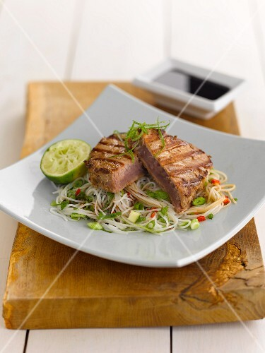 Tuna steaks with limes and noodles (Asia)
