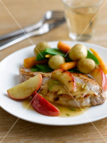 Pork chops with vegetables and apples