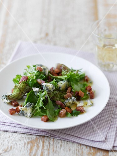 Mixed leaf salad with pancetta and blue cheese