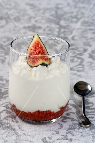 Verrine with fig jam, cottage cheese and fresh figs