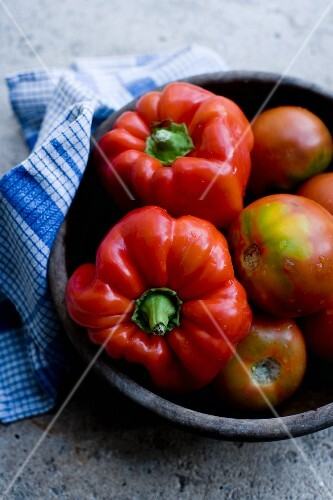 A bowl of tomatoes and pepper