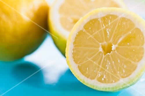 Lemons, halved (close-up)
