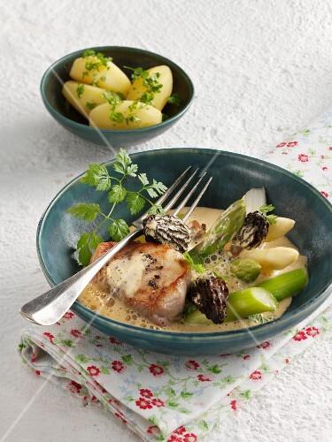 Pork fillet with asparagus and morel mushroom sauce