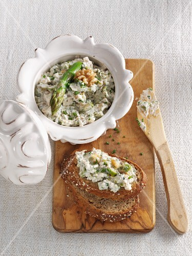 Asparagus spread with walnuts