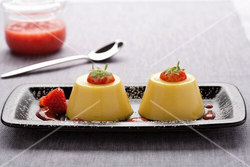 Budino alla vaniglia (vanilla pudding with strawberry sauce)