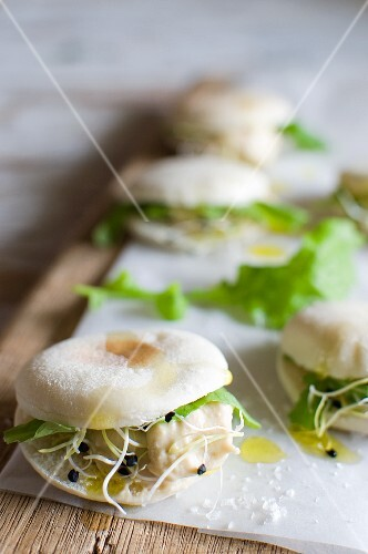 Mini pita bread with hummus, rocket and bean sprouts