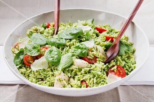 Hähnchen-Orzo-Salat mit Pesto