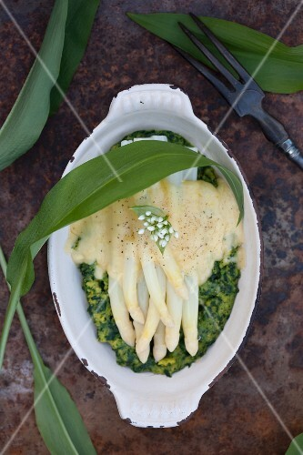 White asparagus on ramson semolina