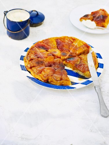 Tarte tatin with peaches