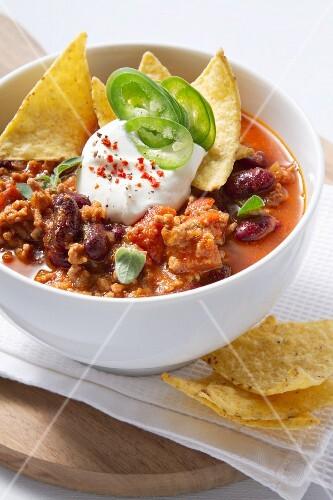 Chili Con Carne mit Sauerrahm und Tortillachips